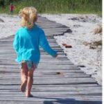 Zwei Fotos: 1. Wirbelwind rennt auf einem Steg am Strand, 2. Wirbelwind springt in die Luft