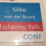 Konferenzausweis Women in Agile und Silke beim Vortrag