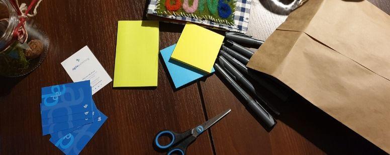 Stifte, Klebezettel, Schere, Papiertüte, Visitenkarten