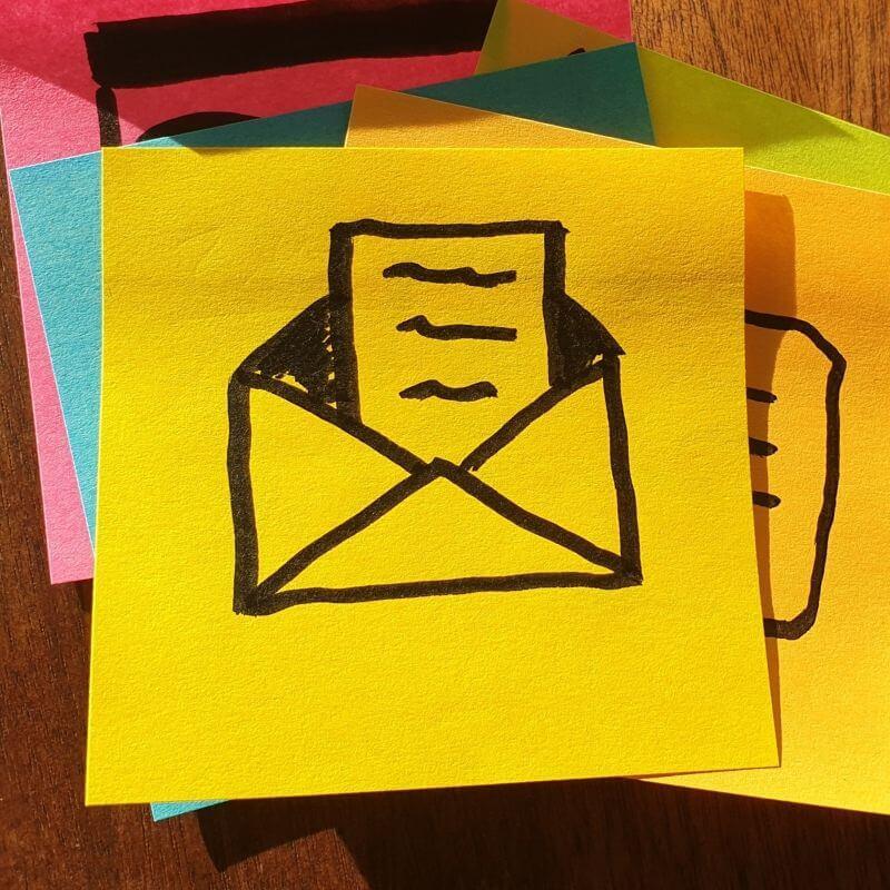 Post-It mit einem Briefumschlag darauf