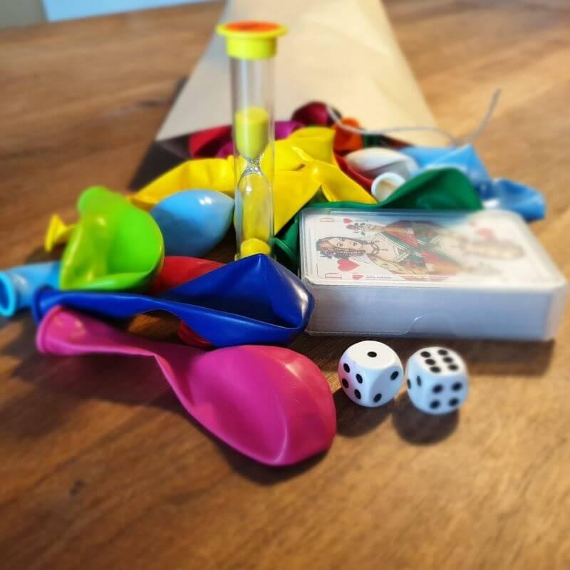 Trainingsmaterialien: Luftballons, Würfel, eine Sanduhr, ein Kartendeck, Schnur