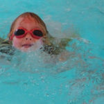 Wie unser Kind selbstbestimmt schwimmen lernte - ganz ohne Schwimmkurs