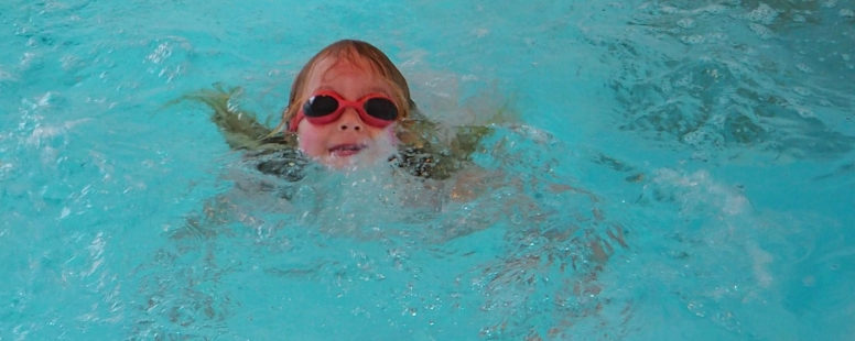 Wie unser Kind selbstbestimmt schwimmen lernte – ganz ohne Schwimmkurs