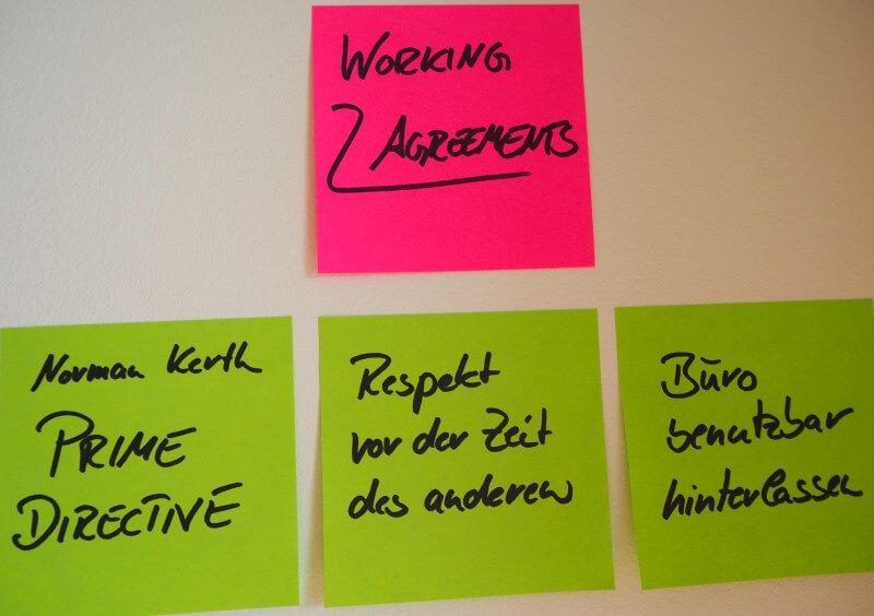 Working Agreements auf Post-Its: 1. Prime Directive, 2. Respekt vor Zeit des anderen, 3. Büro benutzbar hinterlassen