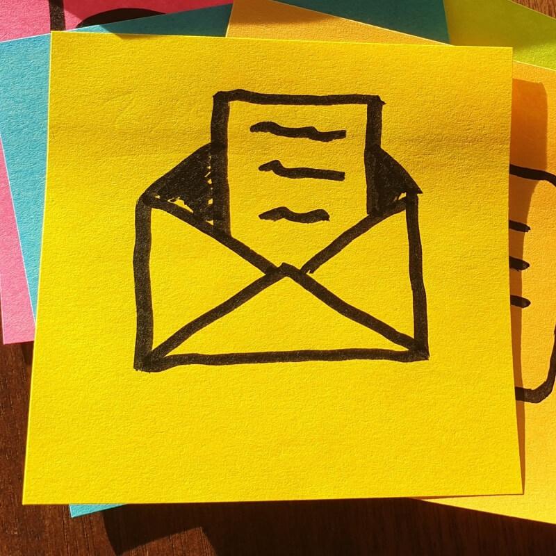 Post-It mit einem Brief-Symbol