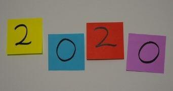 4 verschieden farbige Post-Its mit den Zahlen 2020